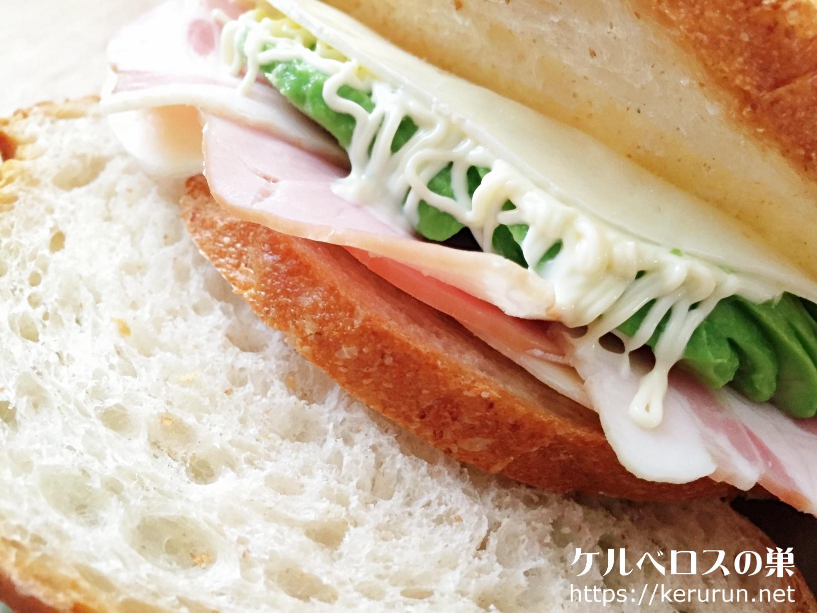 カントリーフレンチホールウィートブレッドのサンドイッチ