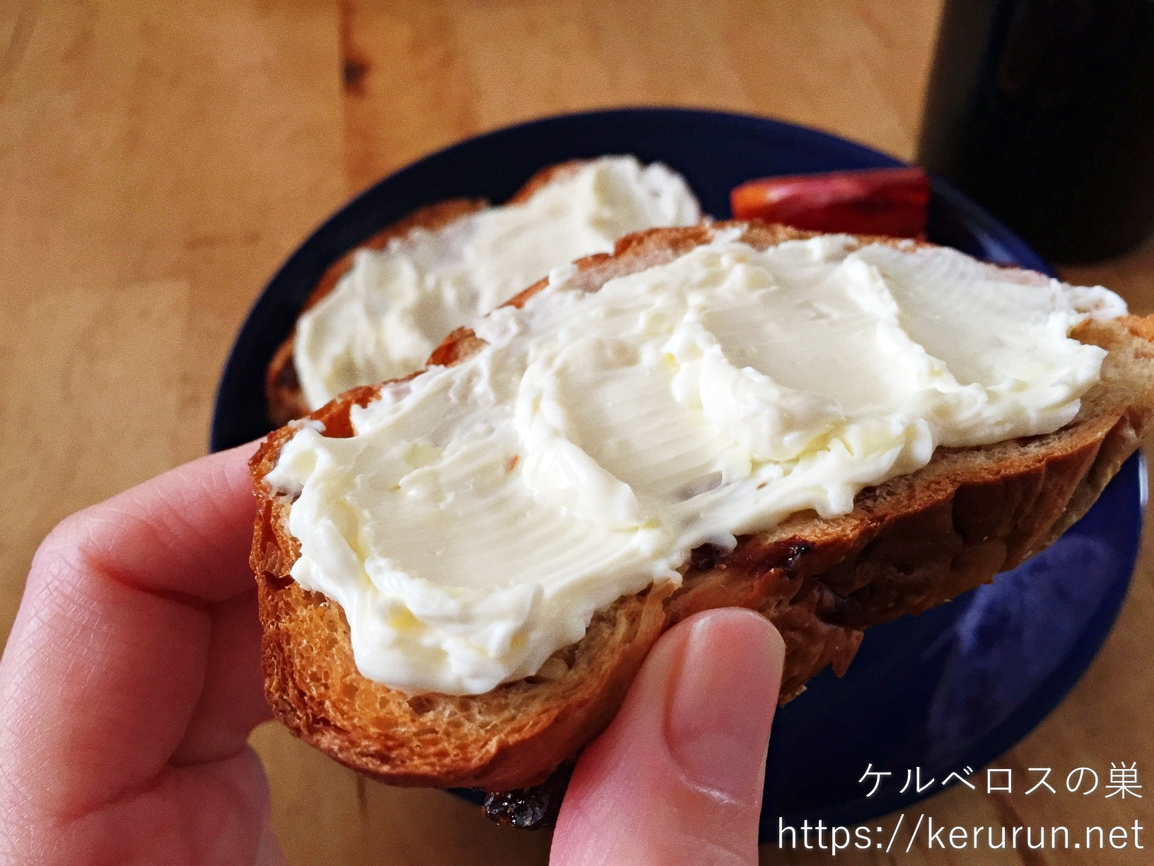 コストコのウォールナッツレーズンブレッドとクリームチーズ