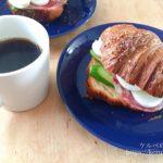 シティーベーカリーのプレッツェルクロワッサンでサンドイッチの朝ごはん